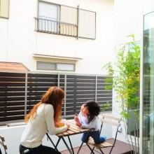 ウッドデッキの中庭は、オープンカフェのようなスペース。家でいる時間を存分に楽しむことができる