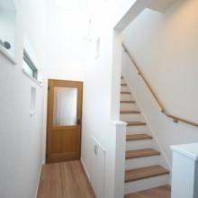 玄関廊下上部の吹き抜けは、たくさんの光を採り入れ、白い壁をより際立たせます。