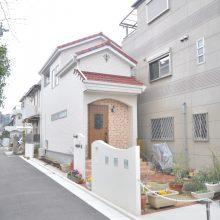 洋風の外観はレンガタイルと門柱の塗りは相性が良く、街中でも暖かい雰囲気に包まれたお家になりました