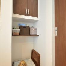 ドッグフードやペットシーツのストックも収納した愛犬の専用スペース。