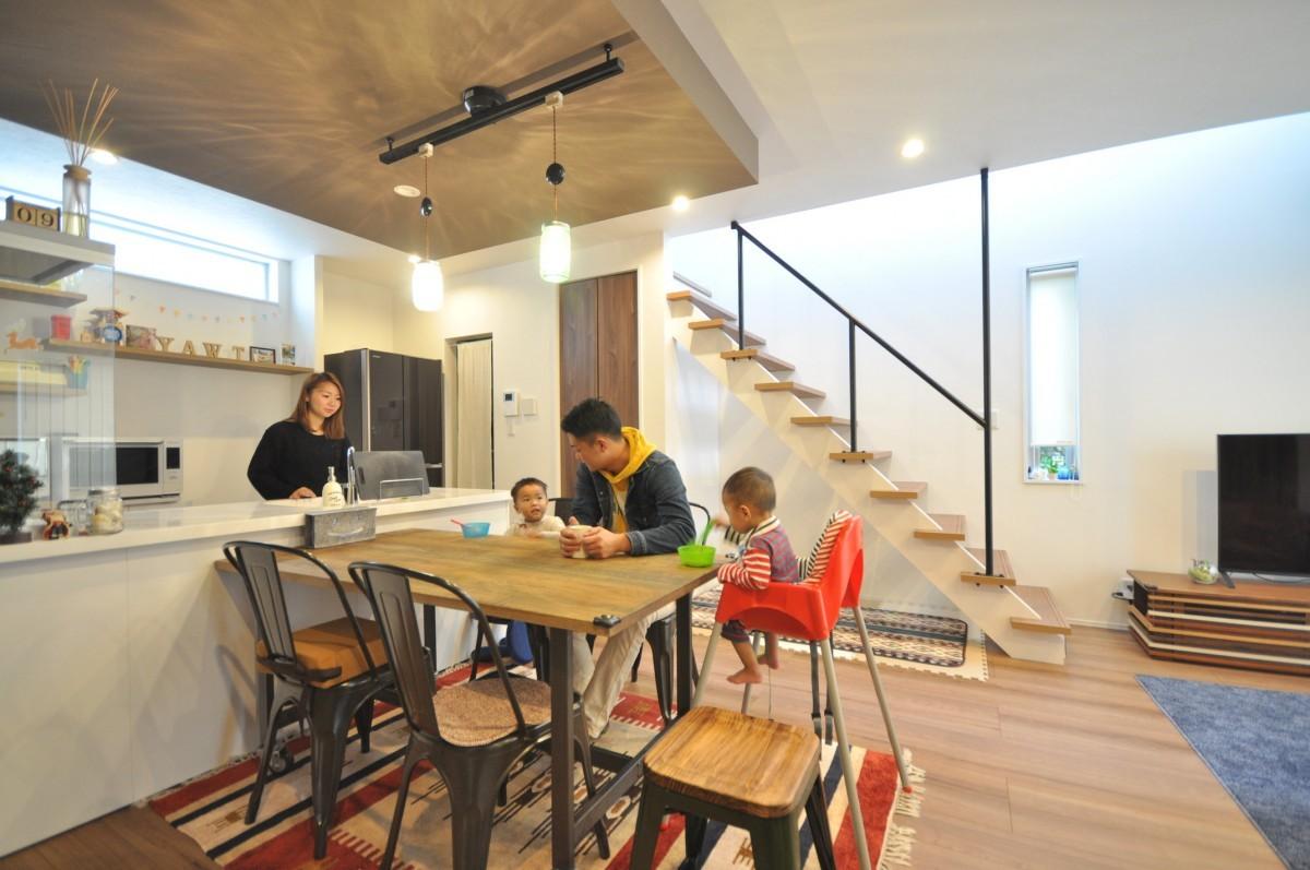 シンプルでありながら、吹抜けや下がり天井、スリット窓がリズムと奥行きをもたらす空間設計。