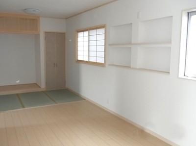 リビング横の家族がくつろげるタタミコーナーです。飾り棚のニッチも6ヶ所も作ってもらいました。