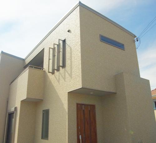角地の立地にハコ型のシンプルな外観です。外壁材は、汚れが付きにくい、雨が降ったら、きれいになる素材です。