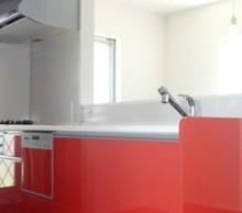 奥様のご希望。赤のキッチンがリビングに映えます。照明もおそろいで赤になりました。