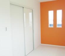 子供部屋のオレンジ。鏡面の白い建具と白いフローリングで可愛く仕上げてもらいました。毎日が楽しみです。