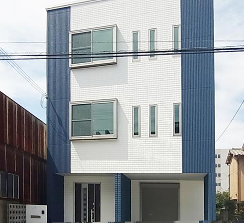 土地28坪の敷地に5LDKの3階建て。3階にスカイテラスがあり、景色は最高です。外観の色は主人の好みで決めました。