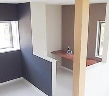 リビングの一角にパソコンスペースを設置。背面に可動棚も作ってもらいました。