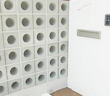 ポーチ部分は、穴あきブロックでデザインしてもらい、塗り壁で仕上げました。細かいところまでこだわってくれました。