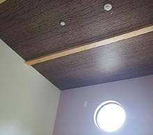 和室天井部分。竹であみこんだ感じになりました。丸窓がすごく感じがいいです。天井の梁も希望通り。