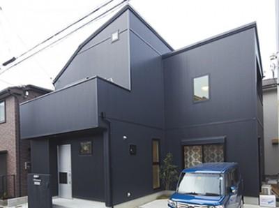 黒で統一した外観。弊社提案のシルバーの玄関ドアがカッコよさを高めている。
