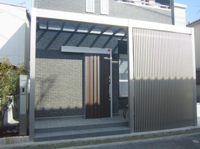 玄関横の駐輪スペースは目隠し格子でアクセント。雨にも濡れない、光も入ってくる便利な空間です。