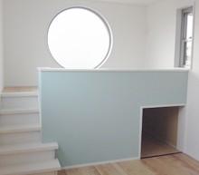 子供部屋は丸窓とクロスでアクセント。ロフトベッドは造作で大工さんに仕上げてもらいました。