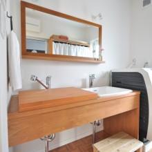 女性が4人となるU様家族は、毎朝の身支度を効率良くするためにダブルボウルに。U様が購入されたボウルに合わせて造作した洗面台には、上蓋も作成。