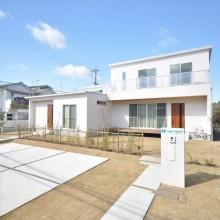 ゆったりとした敷地の中で、白を基調とする外観はウッドドアが良いアクセントに。青空に良く映えるシンプルな佇まいは白と青のコントラストが美しい。