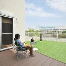 芝のグリーンと空のブルーのコントラストが何とも気持ちがいい。眺望が自慢の広い庭でのBBQは最高に楽しめます。