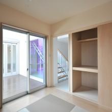 ウッドデッキとつながる和室は、入口と押入れの扉を兼ねた3枚扉に。