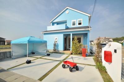 アメリカの西海岸を彷彿させる、サックスブルーのペイントを施した外観と芝の緑の相性は抜群
