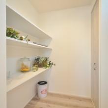 リビングを少しでも大きくさせるため、キッチン横に家事スペース&パントリーを確保