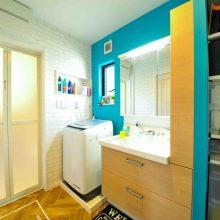 白レンガ調クロスとターコイズブルーの組み合わせ。温かさの中にも爽快感のある空間に。