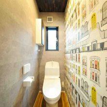 トイレや階段は遊びゴコロいっぱいのアクセントクロスで、カジュアルな雰囲気に。