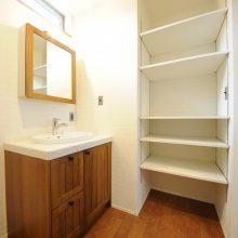 木材とタイル貼りで温もりのあるサニタリ-は、収納棚でいつでもスッキリ。