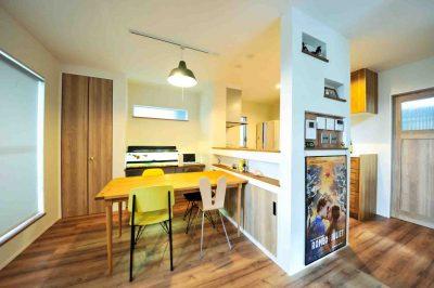キッチン横の壁には、電気類のスイッチをまとめるニッチを配置。また映画のポスターを飾るなど無駄なくコーディネートされている。