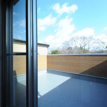 夏にはBBQも可能な広々とした3階バルコニーは壁を高くプライバシーを確保。