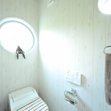 2階のトイレには、珍しい丸窓を採用。まるで潜水艦のような可愛らしい仕上りになりました。
