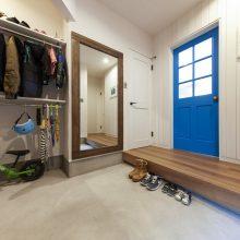 広々とした土間玄関。靴だけでなくアウターやベビーカーなどもたっぷり収納できます。