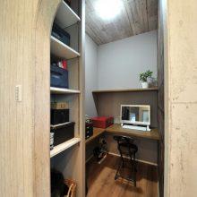 リビングと隣接している書斎は扉を設けず、Rの垂れ壁に。