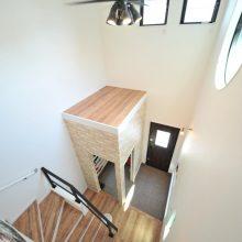 玄関の吹抜けは採光が良く、開放感があるので広々と感じることができる。