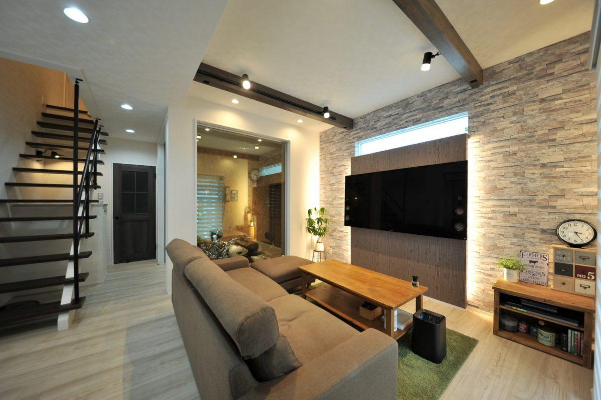 センスの良さを感じるTVボードの間接照明や天井梁の照明など大人のリビング空間はご主人こだわり。