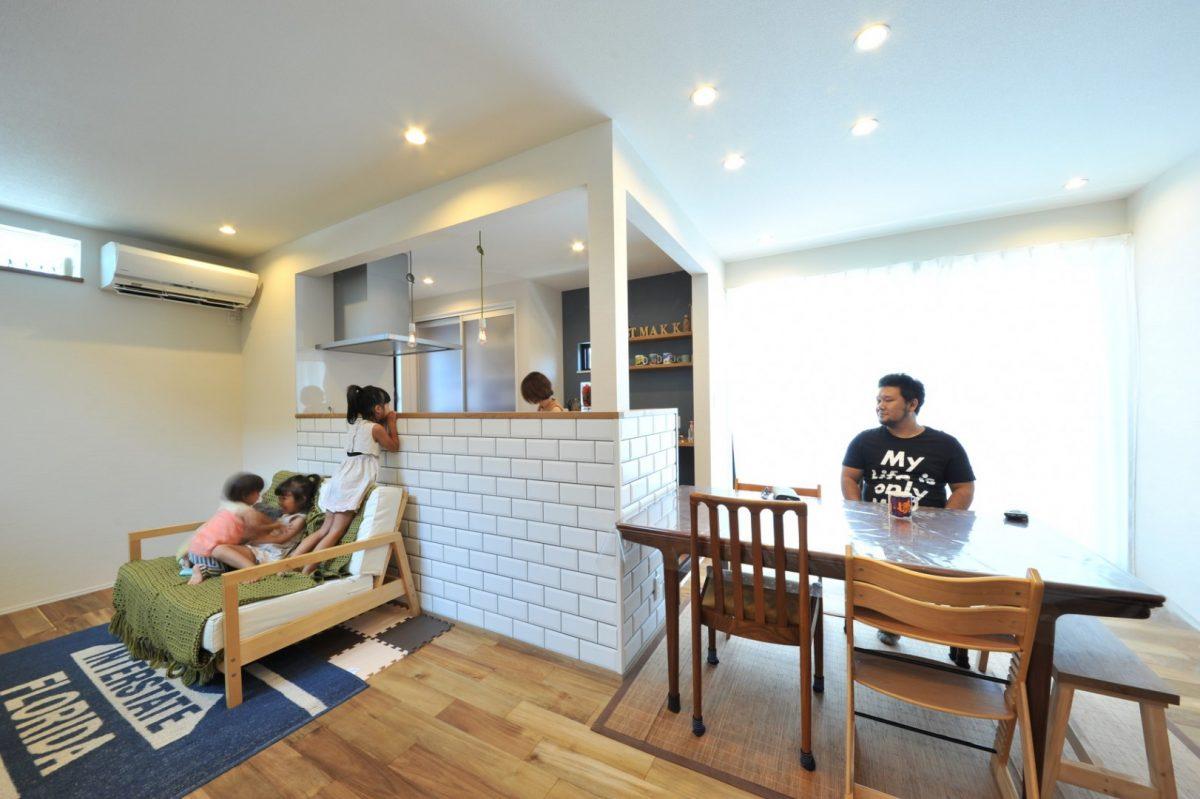 カフェキッチンという言葉がピッタリの可愛らしいキッチンダイニング。子どもたちも台所に立つママを見るのが楽しい様子。