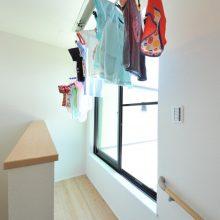 3階には、昇降式の室内物干しで雨の日でも洗濯が可能。