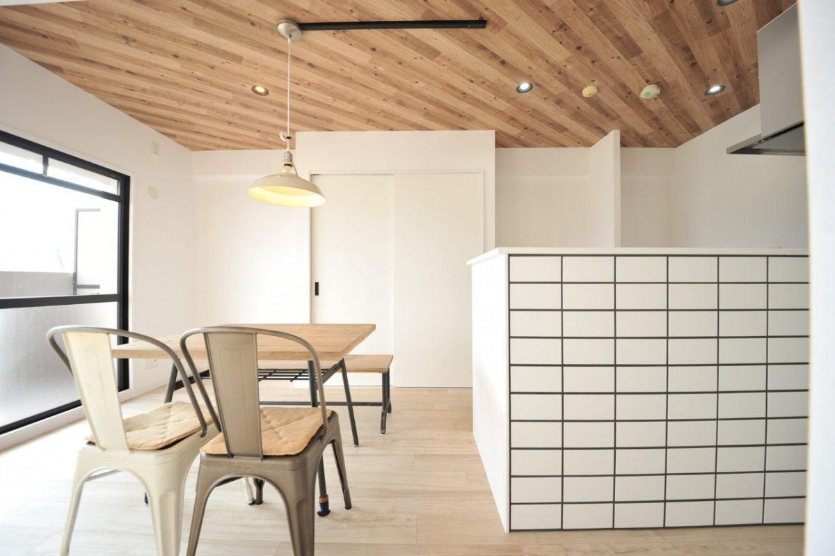 建具を白一色にまとめることでお部屋がすっきりとした印象に。 レール式の照明は、照明の種類によって位置が変えられる優れもの♪