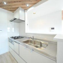 キッチンは設備が充実。扉がゆっくり閉まるソフトクローズ機能付き♪食洗機があるから手あれの心配もないうれしい贅沢プラン♪キッチンの腰壁を少し高めに設計しているので、お客様が来られても生活感が見えず、部屋全体がおしゃれな印象に♪