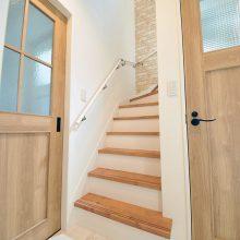 玄関からすぐに2階へ上がることが出来る間取り。空間にナチュラルな温かみをプラスしてくれるレンガ調のクロスもアクセントとなっています。