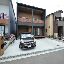 永く住む家だからこそ選びたい、飽きのこないグレー×ウッドの外観。