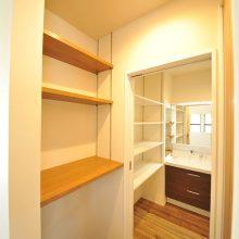 洗面所やその入り口には、家事効率を考慮して、たくさんの造作棚を設置。収納力は抜群!