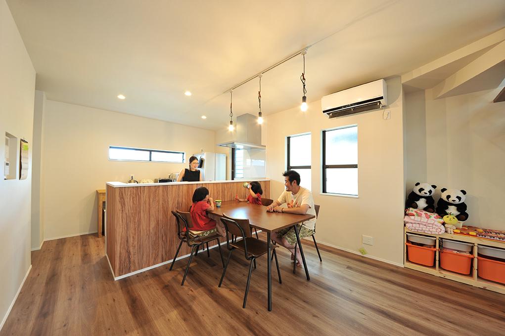 木目調のキッチンや床には、安定のホワイトクロスで部屋全体をやさしい印象にまとめました。ダイニングやリビングに降り注ぐやわらかな陽射しに包まれながらの家族団らんは憩いの時間。