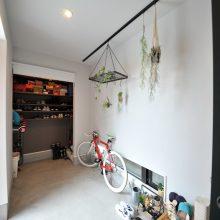 土間玄関は、自転車やベビーカー、アウトドア用品など、大きな荷物をまるごと出し入れできて便利!