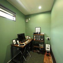 ご主人の書斎はグリーンの壁がやさしい印象。ご自身で撮られた写真や、大切なカメラのチェックをするのが至福の時間だとか。