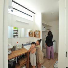 ホワイトを基調とした清潔感溢れる洗面スペース。横長のミラーは、ママと子どもたちが仲良く横に並んでメイクやヘアアレンジができます♪