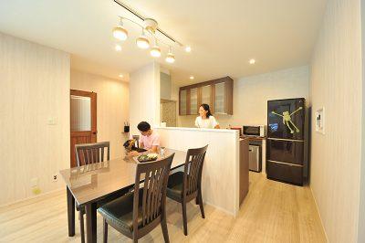 高級感のある家具で大人の雰囲気を醸し出すダイニング。生活感のあるキッチンは、腰壁で隠して、お部屋の印象を崩さないようにしています。