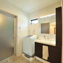 ダークブラウンの洗面台に、石目調のフロア。トイレも同じくダークブラウンでまとめ、統一感をもたせてくれます。
