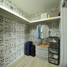 普段家族しか使わない場所だから、ここだけは大好きなミッキーマウスの壁紙を採用。大人の空間から一変して、好きな物に囲まれた秘密のお部屋♪