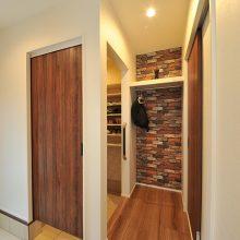 吊り下げ扉で大きな物の出し入れだけでなく掃除もしやすい。レンガ調の壁にするだけで、ぐっとオシャレに☆