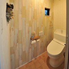 トイレには可愛いクロスがアクセントになり床材との相性が◎