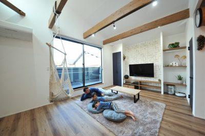 床暖房の温もりに包み込まれた部屋では、ついつい床でゴロゴロしてしまいます。
