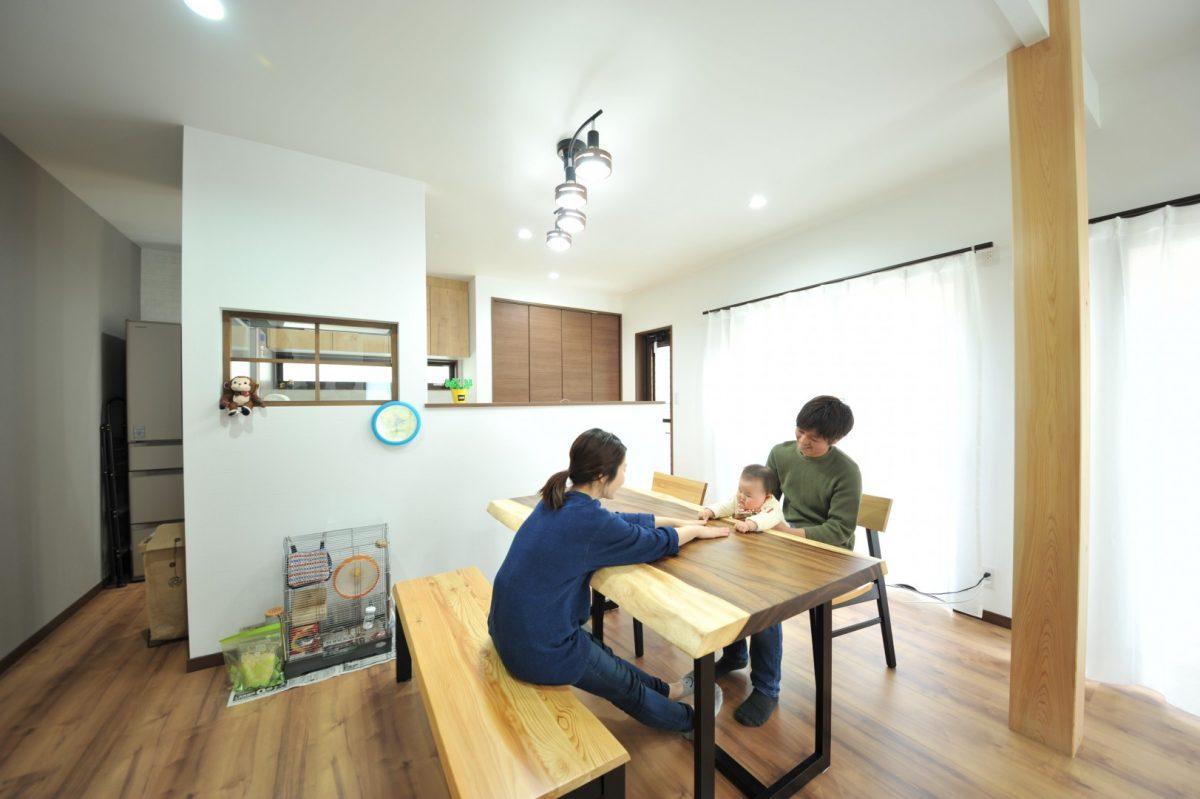 1階で過ごす時はどこに居ても顔を合わせられるように、コンロ前に窓を設置したり、左右どちらからでもキッチンを回れるようにしました。料理をしていても孤独感を感じない1つの空間になりました。